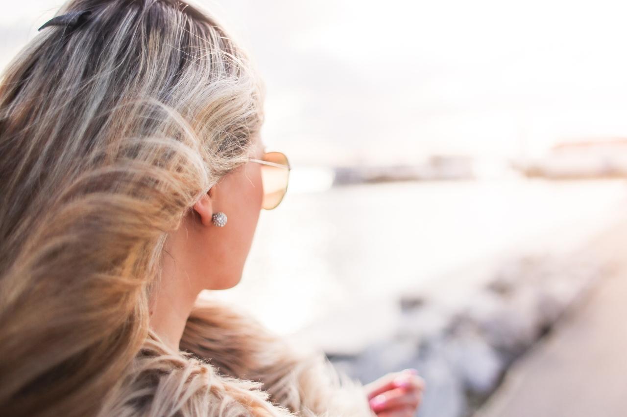 glamorous-woman-with-curly-hair-and-sunglasses-picjumbo-com